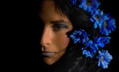 Dívka s modrými květy